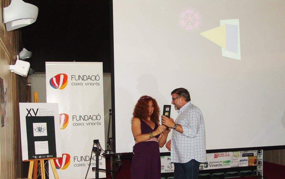 Chiqui Fernández recogiendo el premio para El Abrazo